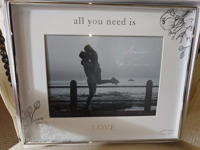 All you need is love - Frame